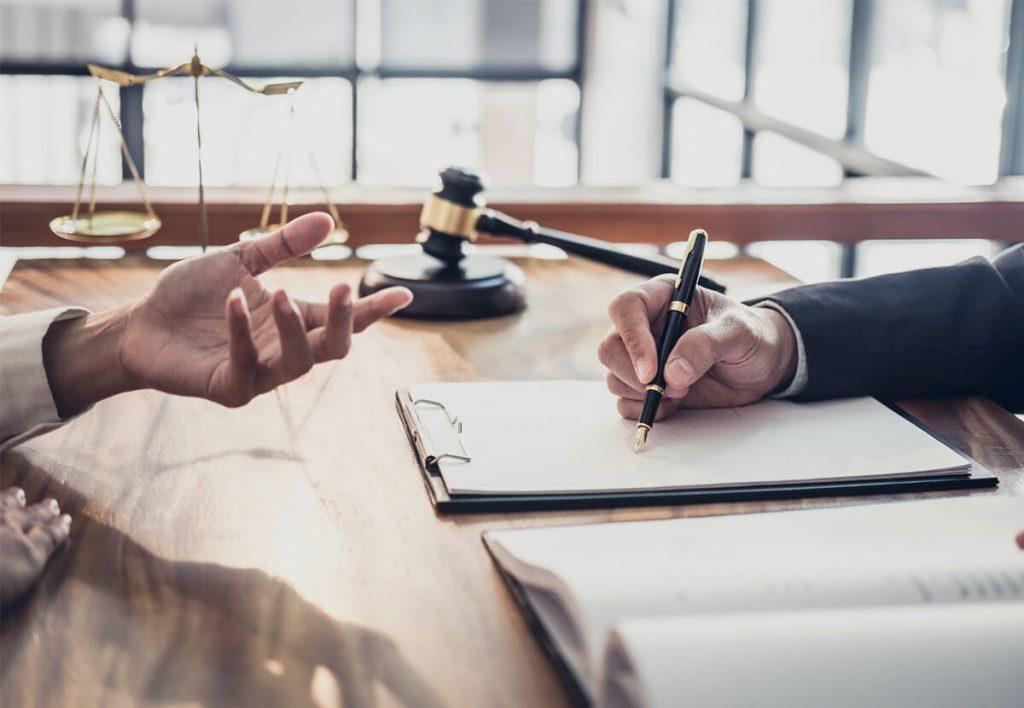 Avocat avec un stylo à la main discutant avec un client