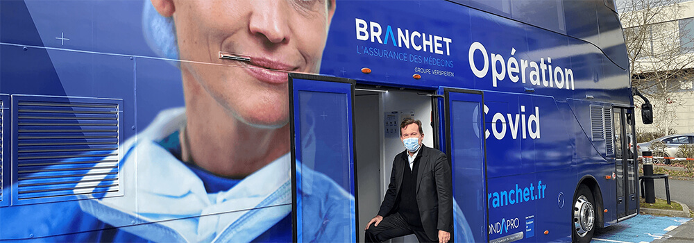 Philippe Auzimour devant le bus Branchet