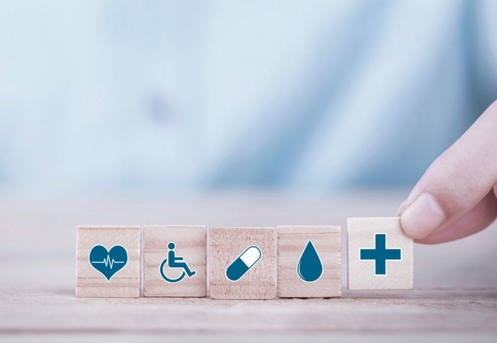 Petits cubes en bois avec des icônes de la santé