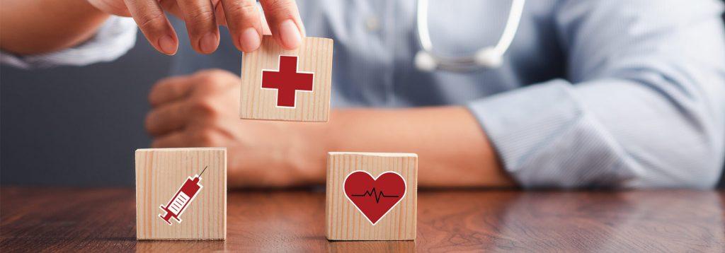 Assurance santé - Cubes en bois avec symbole santé