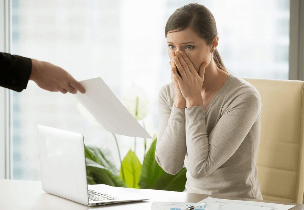 femme stressée devant un document juridique