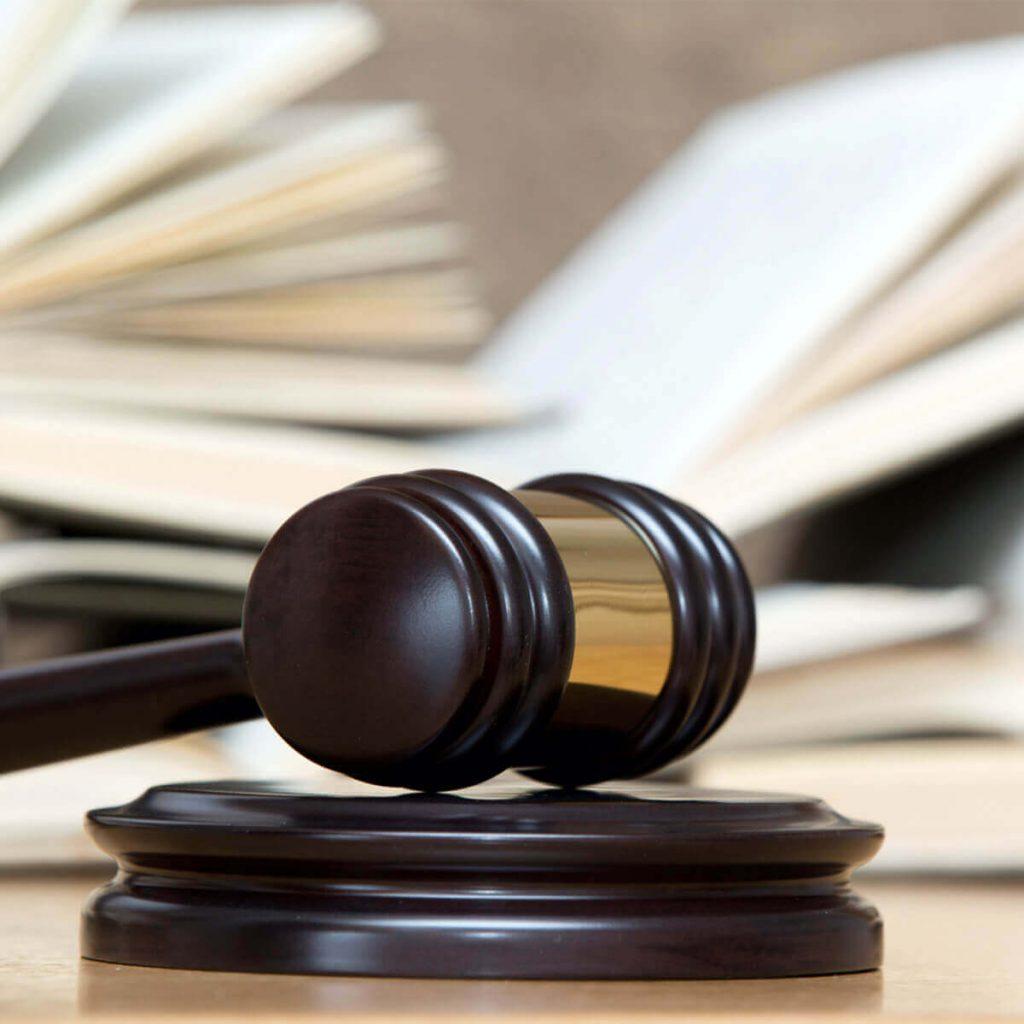 Marteau de la justice posé sur un bureau