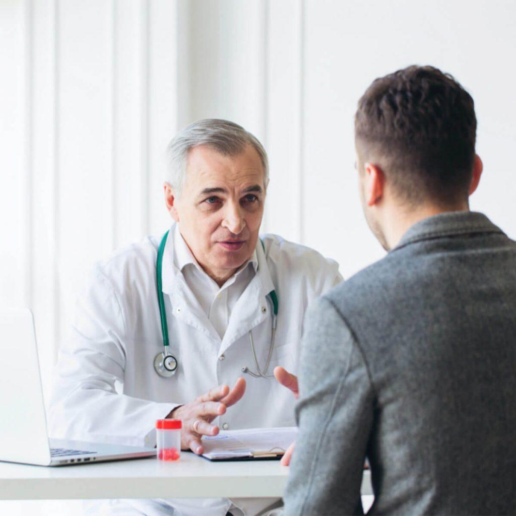 Médecin en blouse blanche discutant avec son patient