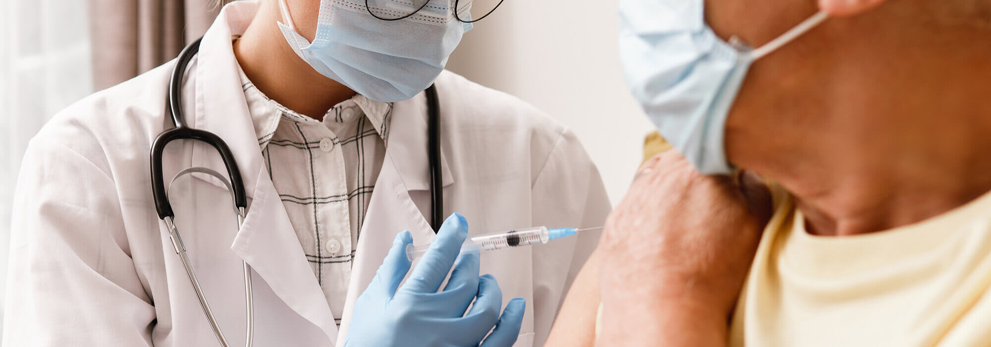 un médecin vaccine un patient